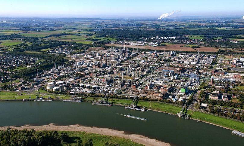 Ineos-Raffinerie in Köln - Butan Gastanker