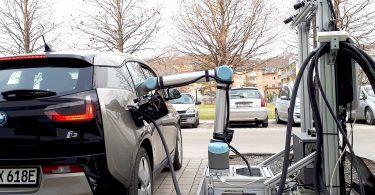Roboter laden E-Fahrzeuge