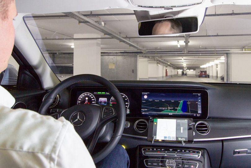 Autonome Fahrt durch das Parkhaus bis zum reservierten Parkplatz.