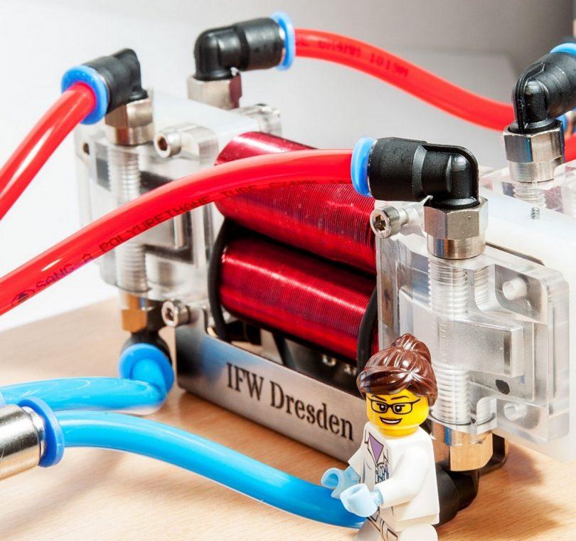 Thermomagnetischer Generator im Labormaßstab mit Größenvergleich. Foto: IFW Dresden