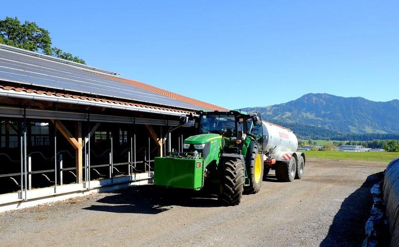 Allgäuer Smart Farm: Hybrid-Trecker tanken Sonnenkraft vom Dach
