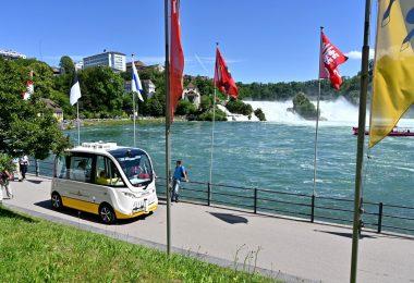 Das Shuttle der Linie 12 am Rheinfallbecken.