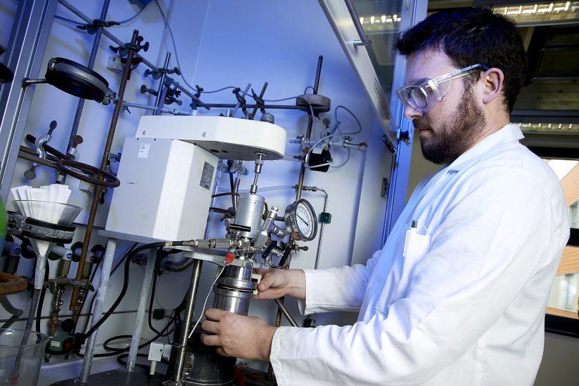 Symbolbild: Wissenschaftler am LIKAT bei der Arbeit im Labor. ©_Nordlicht/LIKAT