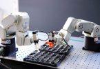 Im Projekt BATTERY 2030+ sollen Roboter rund um die Uhr an neuen Batterien arbeiten und mit KI selbstständig neue Versuche planen und auswerten.