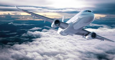 Synthetisches Kerosin, hergestellt im Power-to-X-Verfahren, könnte den Flugverkehr zukünftig klimafreundlicher machen.