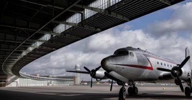 Flughafen Tempelhof mit Luftbrücken-Flugzeug