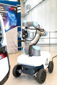 Mobile Roboter sollen selbstständig E-Autos laden